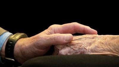 Elderly-hands--holding-hands-jpg_20160125154504-159532