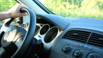 driver-s-hand-on-car-steering-wheel-jpg_20160107154902-159532