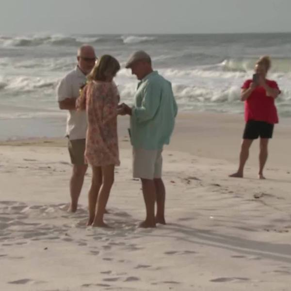 Couple_marries_on_the_beach_before_Hurri_0_20181010034216-842137442-842137442