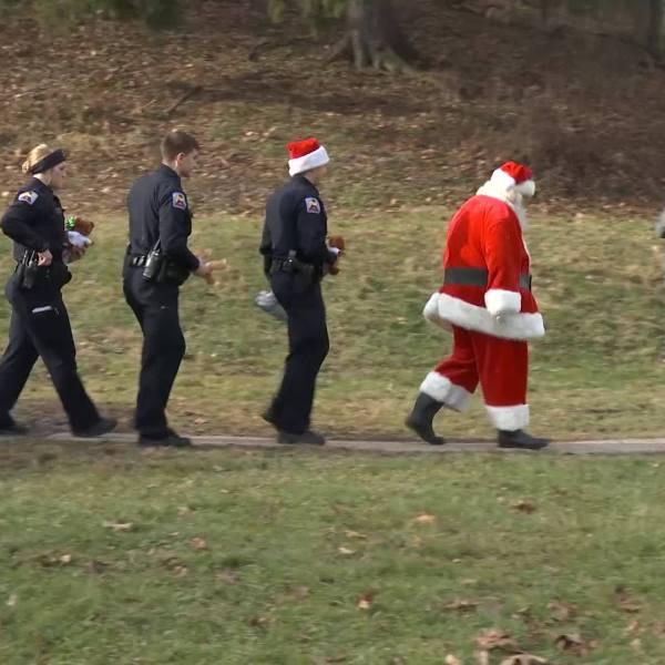 cops_delivering_christmas_presents_3_20181219205252
