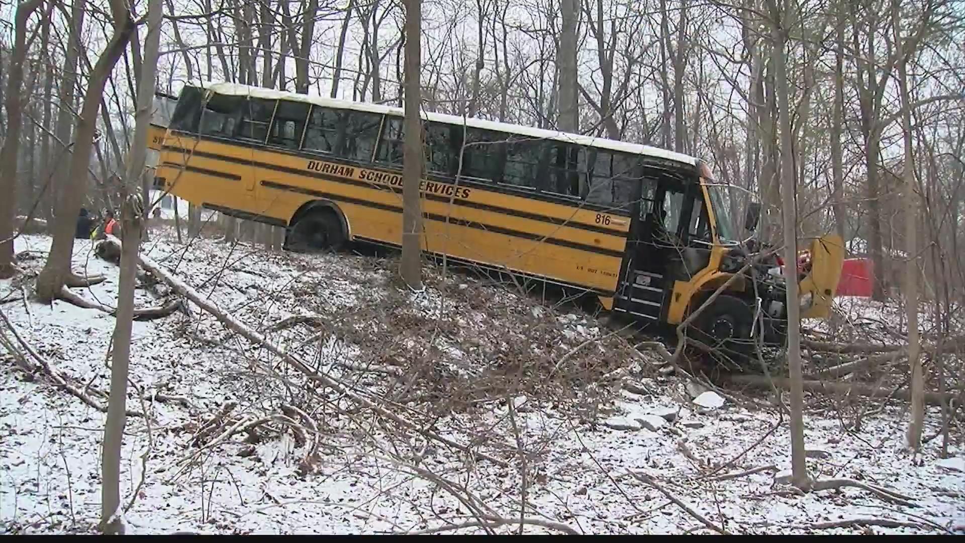 Three_students_hurt_in_school_bus_crash_0_20190129190425