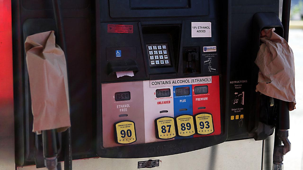 closed gas pump19524317-159532