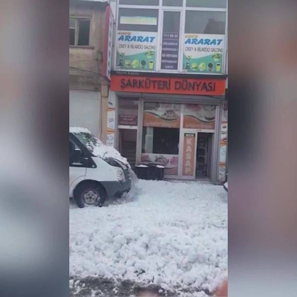 WEB_EXTRA__Snow_falls_off_roof_in_Turkey_0_20190305190208
