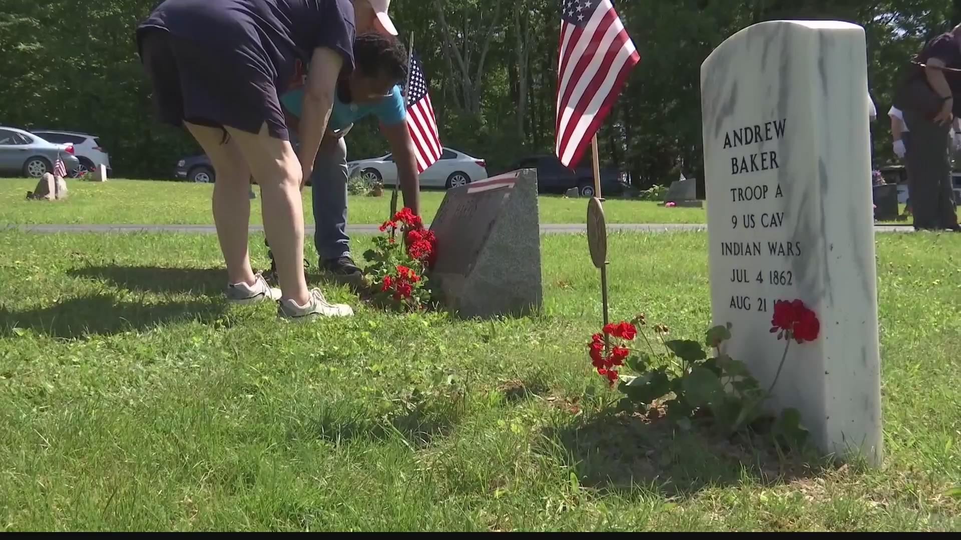 Veteran_receives_new_headstone_on_Memori_0_20190527215944